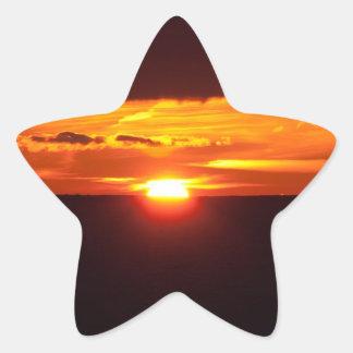 Puesta del sol intensa pegatina en forma de estrella
