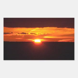 Puesta del sol intensa pegatina rectangular