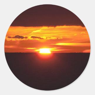 Puesta del sol intensa pegatina redonda