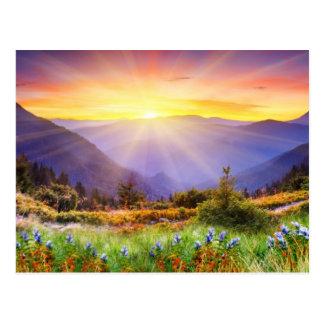 Puesta del sol majestuosa en el paisaje de las mon tarjetas postales