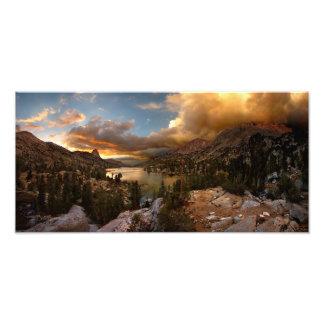 Puesta del sol media del lago Rae de la bóveda de Fotografías