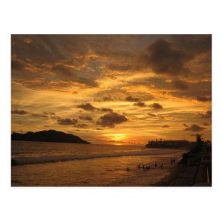 Puesta del sol mexicana de la playa postal