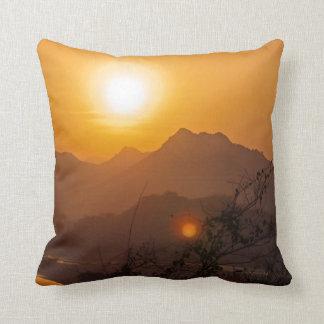 Puesta del sol montañosa de Laos Almohada