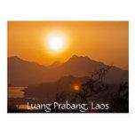 Puesta del sol montañosa de Laos Postales