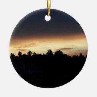 Puesta del sol negra del melocotón sobre el cisne  ornamento de navidad