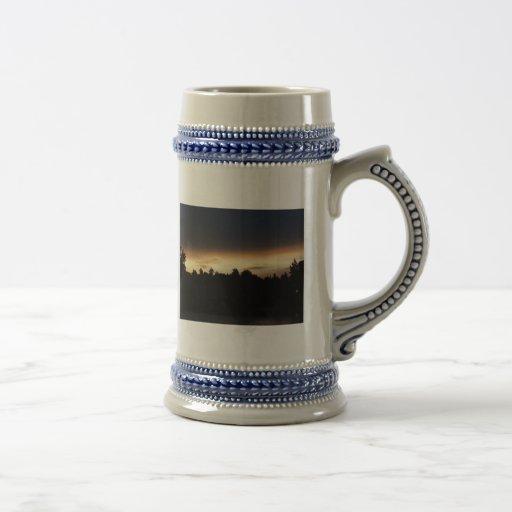 Puesta del sol negra del melocotón sobre el cisne  taza de café