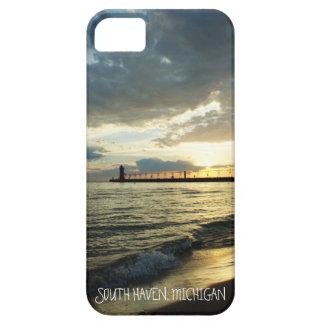 Puesta del sol nublada hermosa sobre el lago iPhone 5 funda