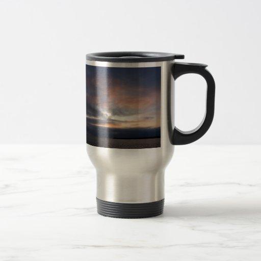Puesta del sol nublada taza de café