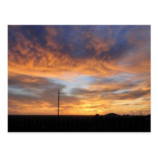 Puesta del sol occidental de Kansas con el granero Postal