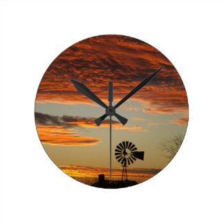 Puesta del sol occidental del molino de viento reloj redondo mediano