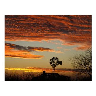 Puesta del sol occidental del molino de viento postal