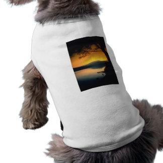 Puesta del sol pacífica del lago camisetas de mascota