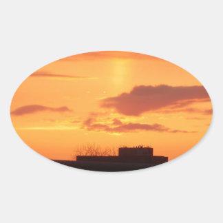 Puesta del sol pegatina ovalada