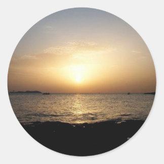 Puesta del sol pegatina redonda