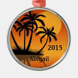 Puesta del sol personalizada y playa tropical de adorno navideño redondo de metal