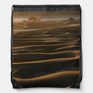 Puesta del sol, playa de Meyers, Oregon, los Mochila