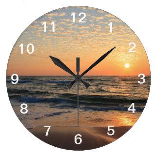 Puesta del sol, playa, y nubes reloj redondo grande