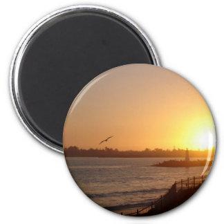 Puesta del sol por el faro imán redondo 5 cm
