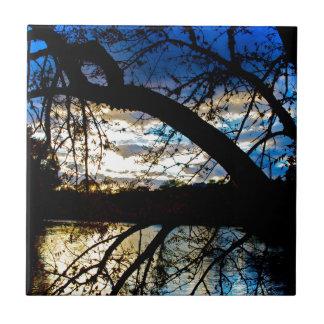 Puesta del sol por el lago azulejo cuadrado pequeño
