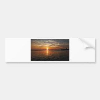 Puesta del sol por el mar etiqueta de parachoque