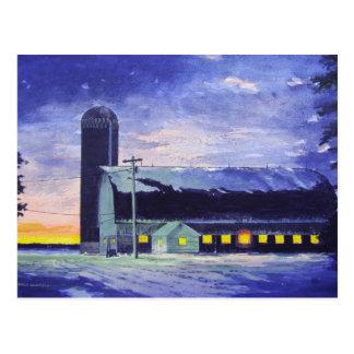 Puesta del sol-postal del granero de la tarde