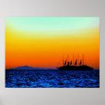 puesta del sol potente y barco de navegación poster