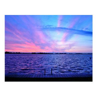 Puesta del sol psicodélica con colores tarjetas postales