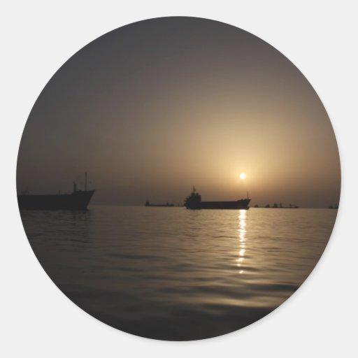 Puesta del sol - puerto de Tartus con las naves Pegatina Redonda