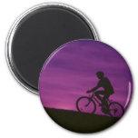 Puesta del sol púrpura de ciclo que monta en bicic imanes de nevera