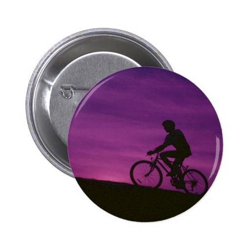 Puesta del sol púrpura de ciclo que monta en bicic pins