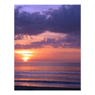 Puesta del sol púrpura de la playa