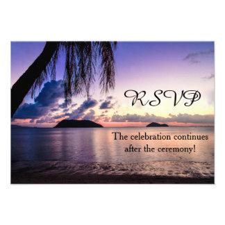 Puesta del sol púrpura de la playa romántica que c comunicados personalizados