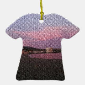 Puesta del sol púrpura del océano en el mosaico de adorno de cerámica en forma de playera