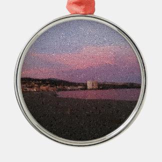 Puesta del sol púrpura del océano en el mosaico de adorno redondo plateado