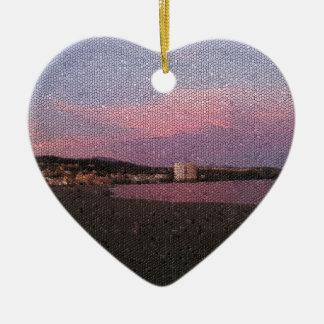 Puesta del sol púrpura del océano en el mosaico de adorno de cerámica en forma de corazón