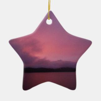 Puesta del sol púrpura en punta de flecha del lago adorno de navidad