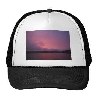 Puesta del sol púrpura en punta de flecha del lago gorras de camionero