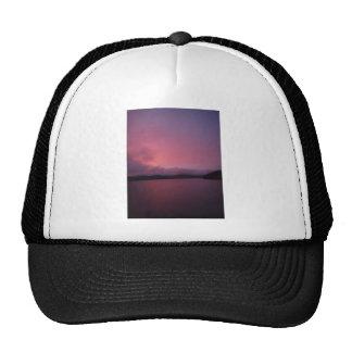 Puesta del sol púrpura en punta de flecha del lago gorro de camionero