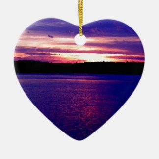 Puesta del sol púrpura hermosa del lago ornatos