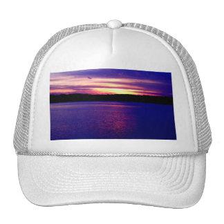 Puesta del sol púrpura hermosa del lago gorro de camionero