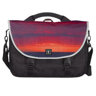 Puesta del sol púrpura y anaranjada abstracta bolsas de portatil