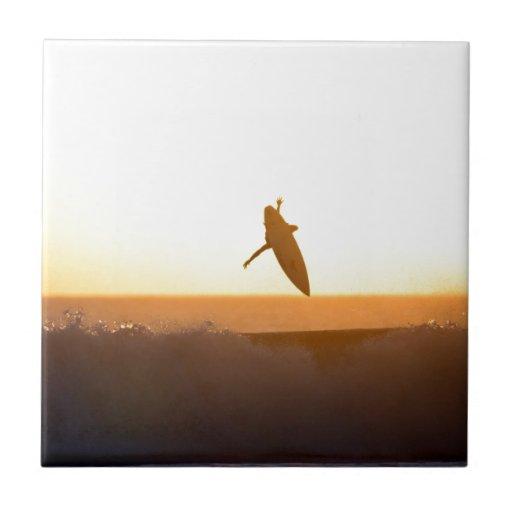 Puesta del sol que practica surf de la playa de Ku Azulejo Cuadrado Pequeño