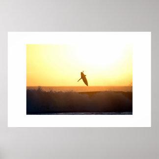 Puesta del sol que practica surf el poster aéreo d