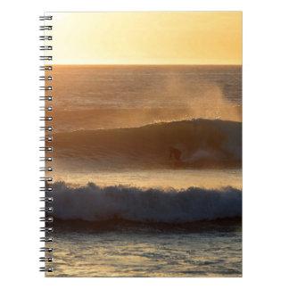 Puesta del sol que practica surf la costa de Nueva Libretas