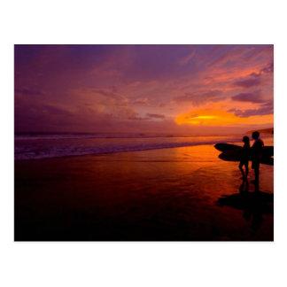 puesta del sol que practica surf postal