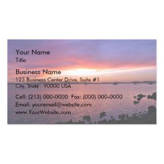 Puesta del sol roja, amarilla, y rosada con el océ tarjetas de visita
