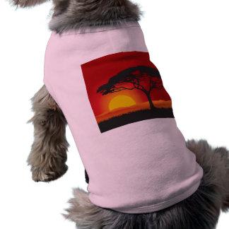 Puesta del sol roja de Briliiant debajo del árbol  Camiseta De Mascota