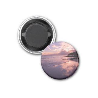 Puesta del sol roja, las nubes, la playa imán redondo 3 cm