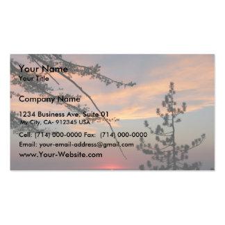 Puesta del sol rosada con el árbol y las nubes de  plantillas de tarjetas personales