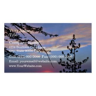 Puesta del sol rosada con los árboles y las nubes  plantillas de tarjetas de visita